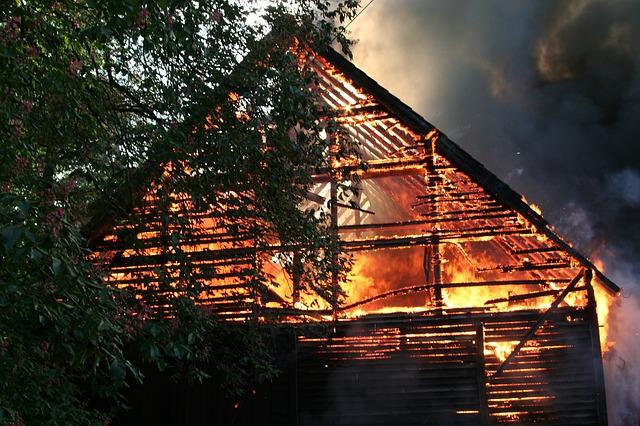Feuer unterm Dach – Brände vermeiden, Brände versichern